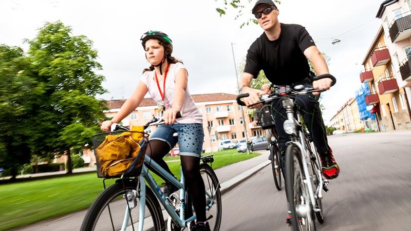 Pappa och dotter cyklar till skolan